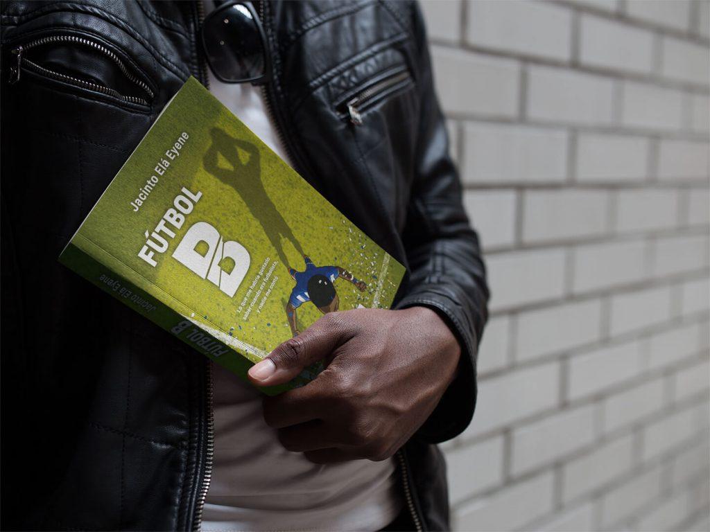 Man holding Futbol B book