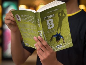 Man reading Futbol B book